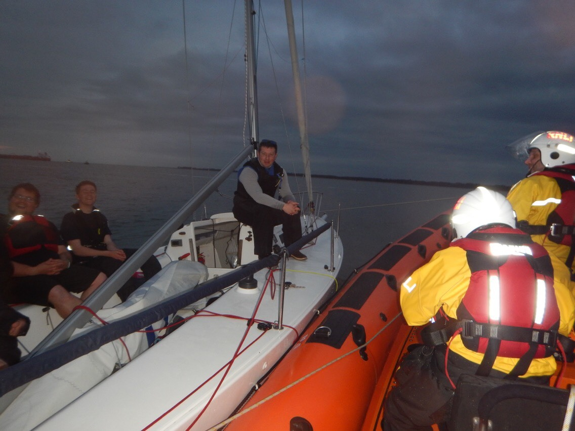 Cowes RNLI Lifeboat takes yacht in tow